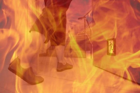 Pessoa usando a porta corta fogo para evacuar o edifício